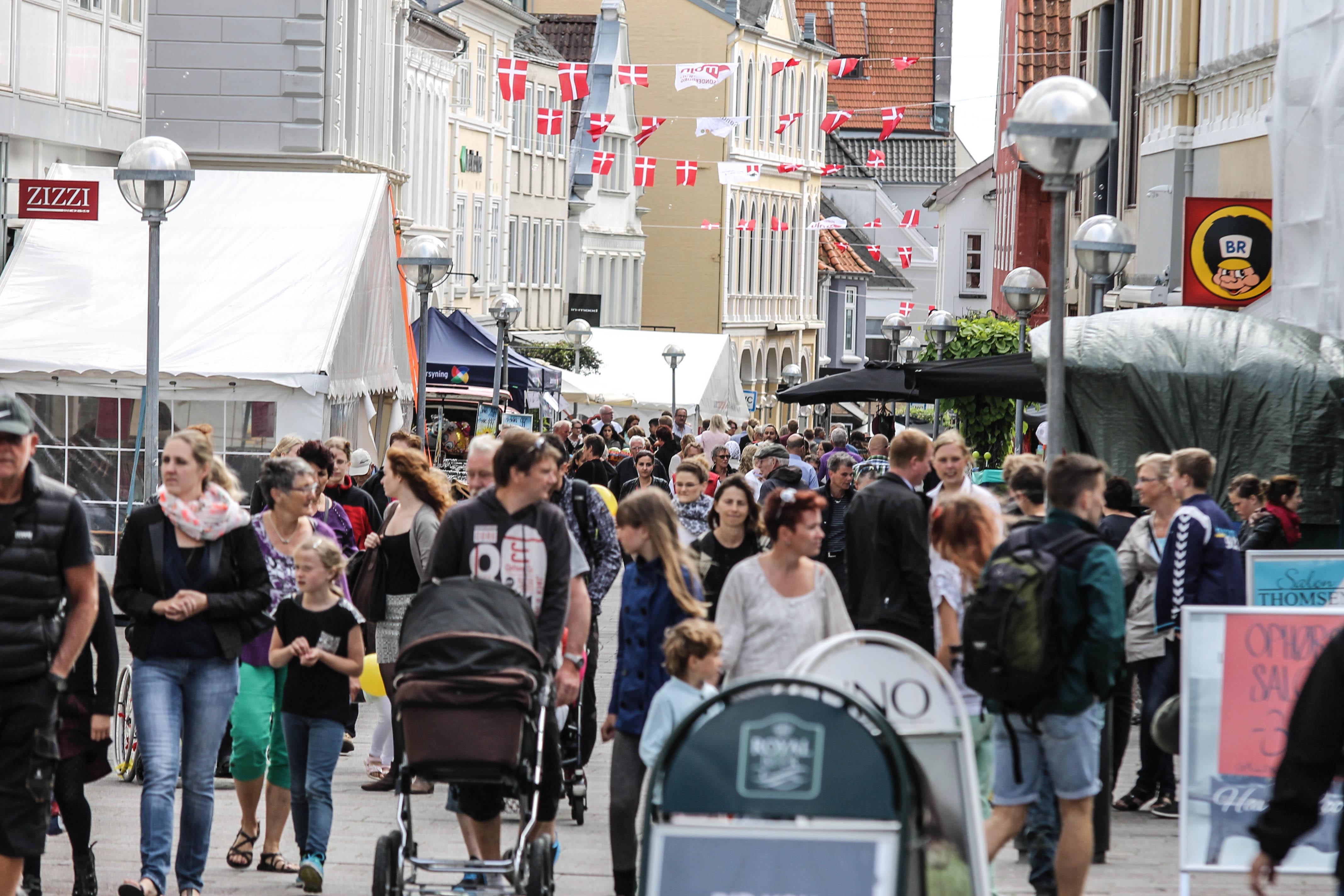 augustenborg muslim 2018-05-20t17:54:05000000000+02:00 fodbold, serie 2, mænd: midtals-aabenraa bk 3-2 (2-1) augustenborg:  hver 20 borger i danmark er muslim.