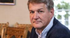 Venstrekrise: Peter Hansen peger på Jakob Ellemann