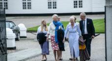 Billeder: Optoget giver buketter til Dronningen og prinsesse Benedikte