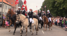 LIVE TV: Søndagens rytteroptog ankommer til Ringriderpladsen