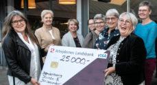 Kvindekomiteen overrakte 25.000 kroner til Kvinde- og Krisecentret