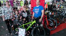 Børneland: Lukas Rasmussen fik sin Lykkehjulspræmie - cykler til hele familien