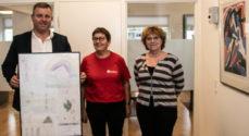 Red Barnet gav børnetegninger som tak til EDC Poul Erik Bech
