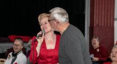 Sanglærkerne og Trine Gadeberg sang for plejecentrets brugere