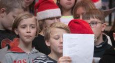 Glade børn på Dybbøl-Skolen sange julesange for bedsteforældrene