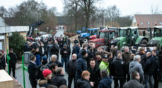Flere hundreder landmænd kørte til møde i traktor