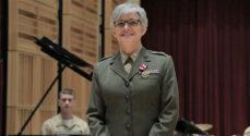 Michell Raker fra USAs Marinekorps dirigerer SMUKs nytårskoncert