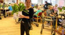ipnordic-piger hjalp med at dele tulipaner ud på Gråsten Plejecenter