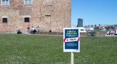 Skilte ved slottet skal få sønderborgenserne til at holde afstand