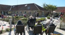 Billeder: Hygge i plejecentrets have