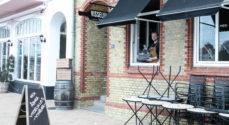 Visselulles Vinbar sælger kaffe to go, vin i glas og vinpakker ud af vinduet