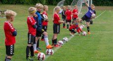 NB inviterer børn til DBUs fodboldskole ved idrætscentret