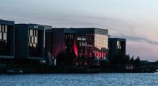 BJ Lys farvede Alsion rødt i håbet om at regeringen ser lysbranchen