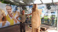Finn Rune laver trækunst på Rønhavepladsen