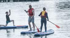 Nu kan du lære at sejle et SUP-board - og lave yoga på gyngende grund