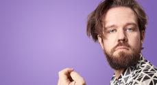 Thomas Warberg gæster Sønderborg med One-man-showet 'Et storslået menneske'