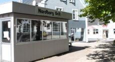 Tøjbutikken 'Det lille Klædeskab' er kede af at have Nordborg Grill som nabo