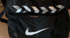 Hvem har tabt en Nike-taske med en Hummeltaske i?