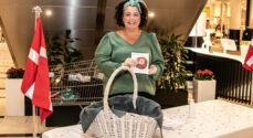 Bagedyst-deltager deler fødselsdags-cookies ud i Borgen
